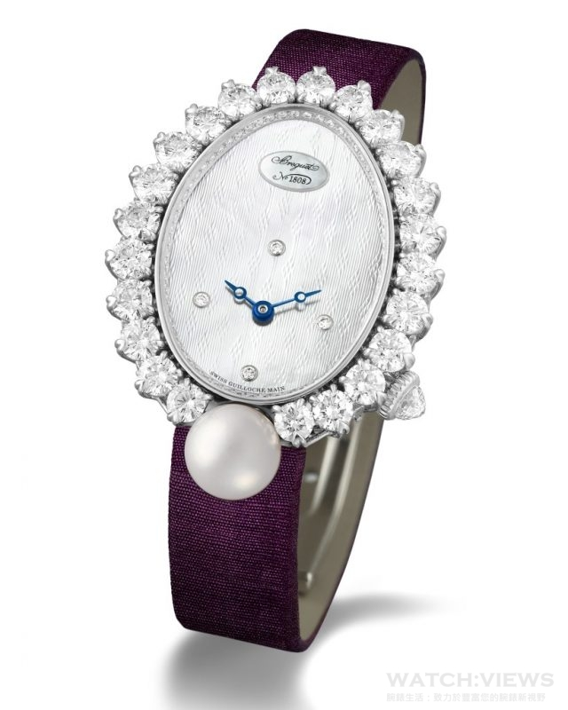 Perles Impériales Haute Joaillerie高級珠寶腕錶18K白金蛋形錶殼,錶耳鑲以24顆圓形鑽石(約0.24克拉),錶框鑲有23顆圓形鑽石(約4.12克拉)及1 顆阿科逸珍珠,錶盤內緣鑲有66顆圓形鑽石(約0.13克拉),鑲爪下以多爪鑲嵌法鑲以15顆圓形鑽石(約0.93克拉);錶冠則鑲以一顆三角形琢面的梨形鑽石(約0.28克拉)。藍寶石水晶底蓋;尺寸34.4 x 28.7毫米;天然珍珠母貝錶盤,帶手工鐫刻圖案,12時位鑲有寶璣小徽章;偏心時圈飾以3、6、9及12鑽石時符。針尖鏤空夜光寶璣藍鋼指針;586/1自動上鍊機芯,備有編號及寶璣簽名,6¾法分,29顆寶石軸承。38小時動力儲備,手工鐫刻950鉑金擺陀,直列式瑞士槓桿擒縱機構,矽材質寶璣游絲。振頻3Hz(每小時21,600次),經6個不同方位調校;緞面錶帶配以鑲有26顆圓鑽(約0.14克拉)折叠錶扣;腕錶鑲鑽超過5.7克拉,建議售價NTD 3,666,000。