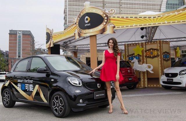 瑞莎獻出拿到台灣駕照後的駕駛處女秀,輕鬆駕馭都會小車smart fortfour與fortwo。