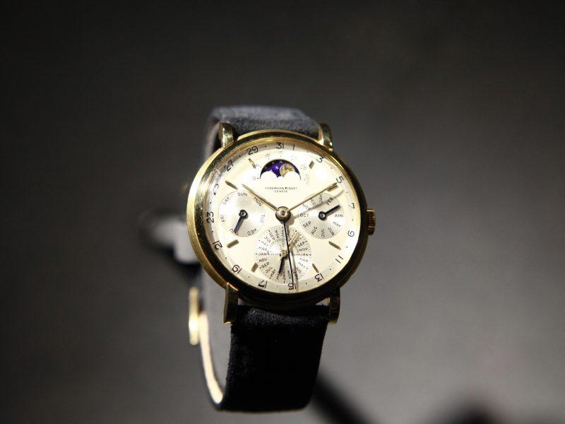 1955年愛彼首次將萬年曆功能搭載於這款腕錶之中,採用18K黃金錶殼,錶徑36.5毫米。