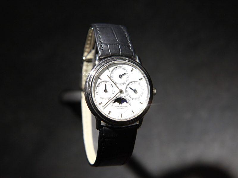 1978年愛彼推出品牌最薄的萬年曆自動上鍊腕錶,18K白金錶殼,搭載2120/2800自動機芯(厚度3.95毫米)。