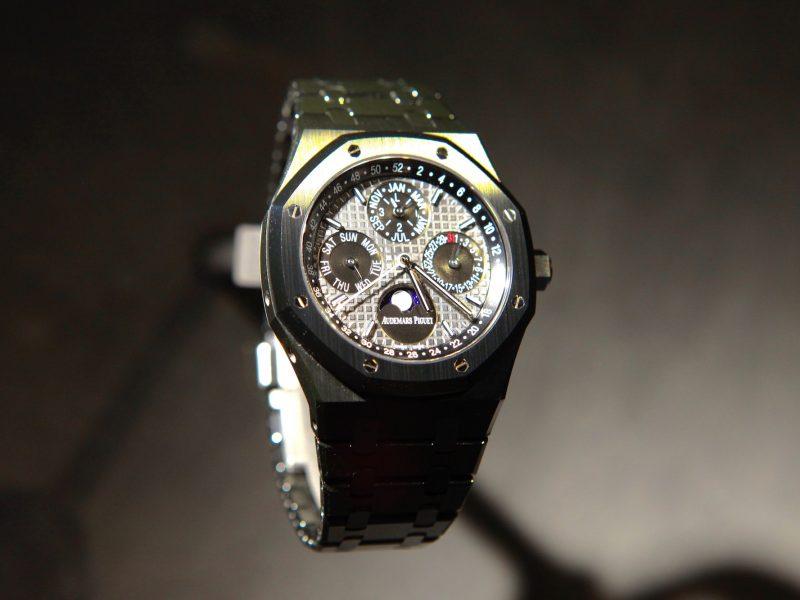 2017年SIHH新款皇家橡樹萬年曆腕錶,採用陶瓷錶殼及鍊帶,錶徑41毫米,搭載5134自動機芯,參考售價:NTD 3,002,000。