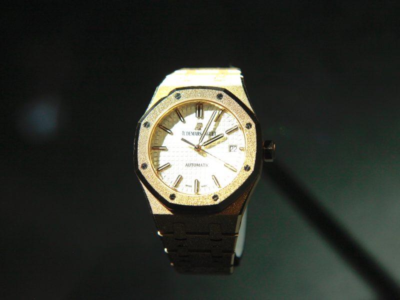 2017年SIHH新款皇家橡樹霜金腕錶,採用18K玫瑰金錶殼及鍊帶,錶徑37毫米,搭載3120自動機芯,另有18K白金款參考售價:NTD 1,643,000(玫瑰金)/NTD 1,819,000(白金)。