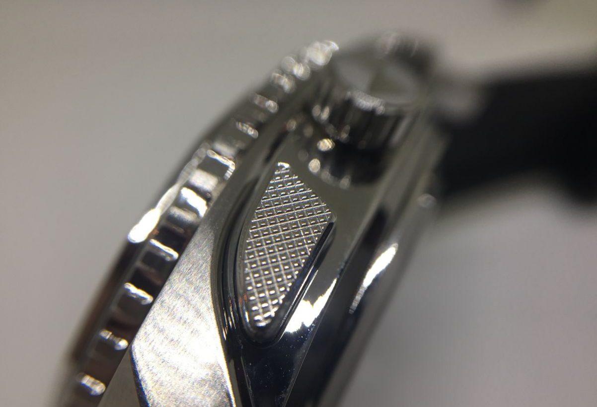 計時按把具立體格紋,增添細節處的精緻度。