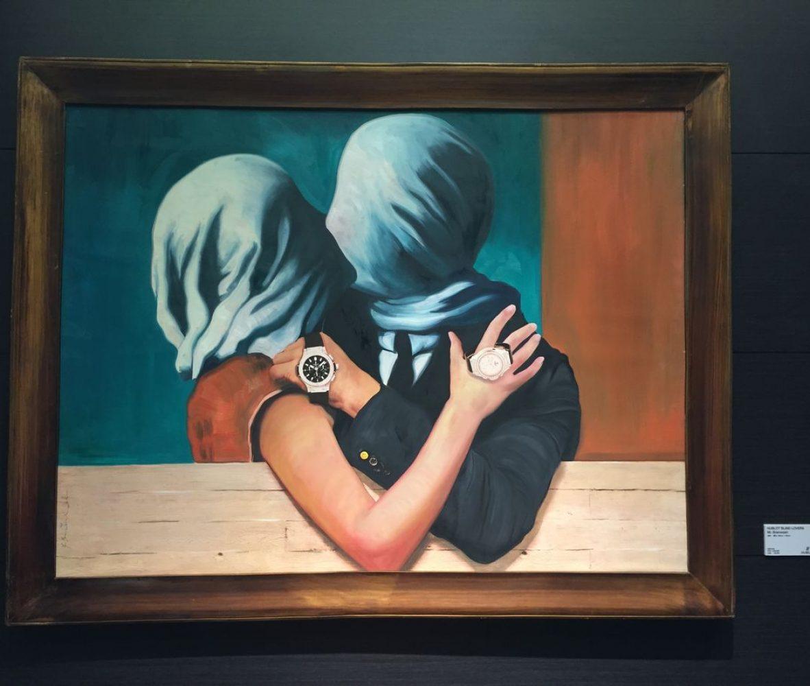 《Hublot Blind Lovers》(左)的原創為超現實主義畫家René Magritte的《Les Amants II》(戀人),描述盲目中的戀人。