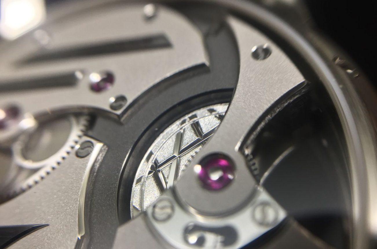 微型自動盤的背面飾以特殊刻紋,採粒紋及鏡面拋光處理。