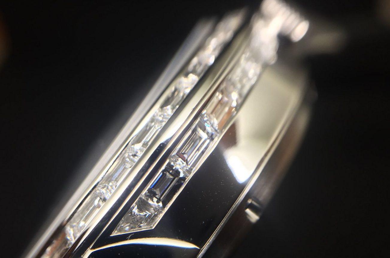 於錶圈、錶耳及錶殼側面鑲嵌梯形切割鑽石。