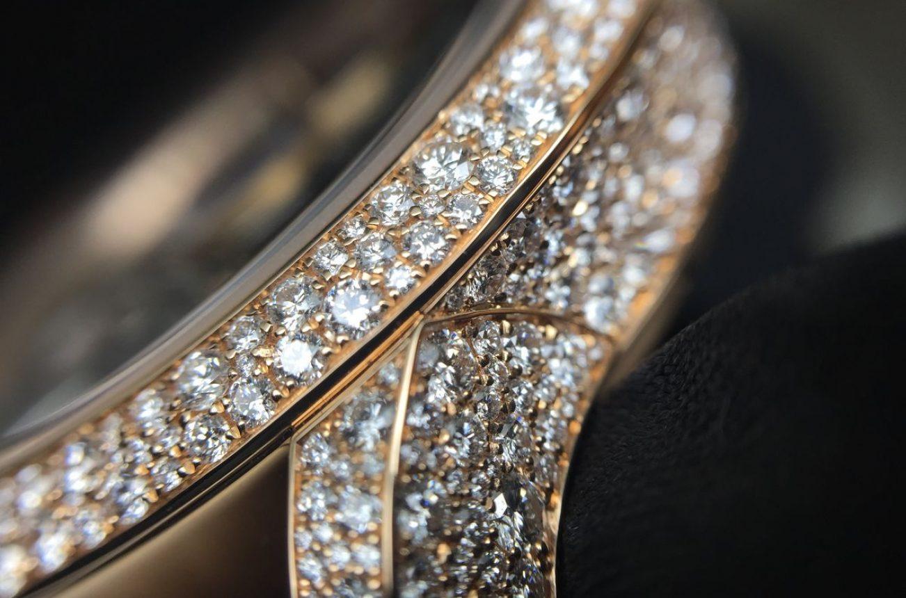 錶圈、錶耳及錶殼側面以雪花鑲嵌技法營造閃亮耀眼的視覺效果。