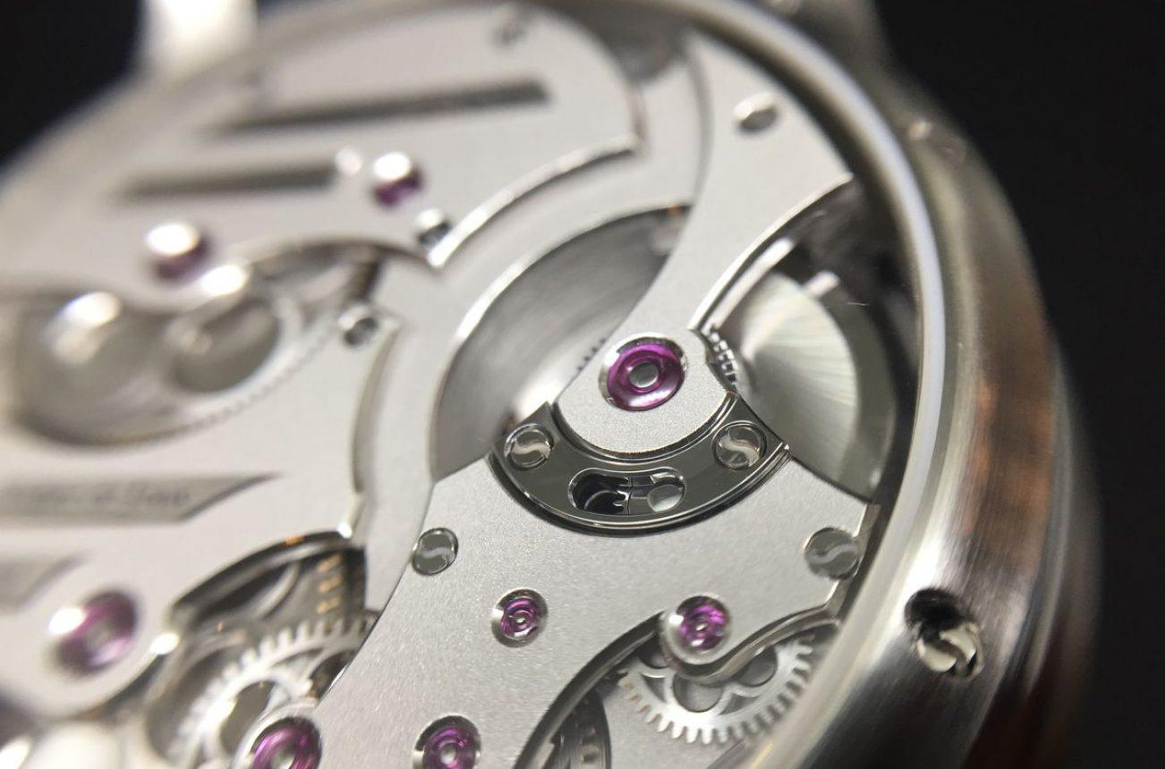 連結反向齒輪的軌道零件採Black Polish拋光處理,色澤獨特又強化硬度,自動盤透過這枚於軌道中滑行的反向齒輪做雙向上鍊。