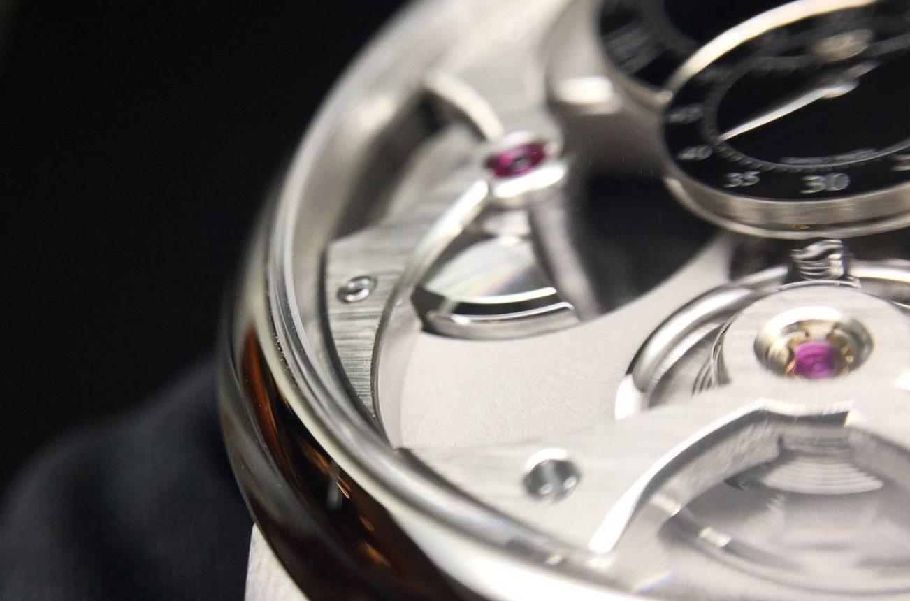 橋板俐落的弧線散發Romain Gauthier強烈的風格,必須手工處理的倒角則符合頂級製錶的精神。