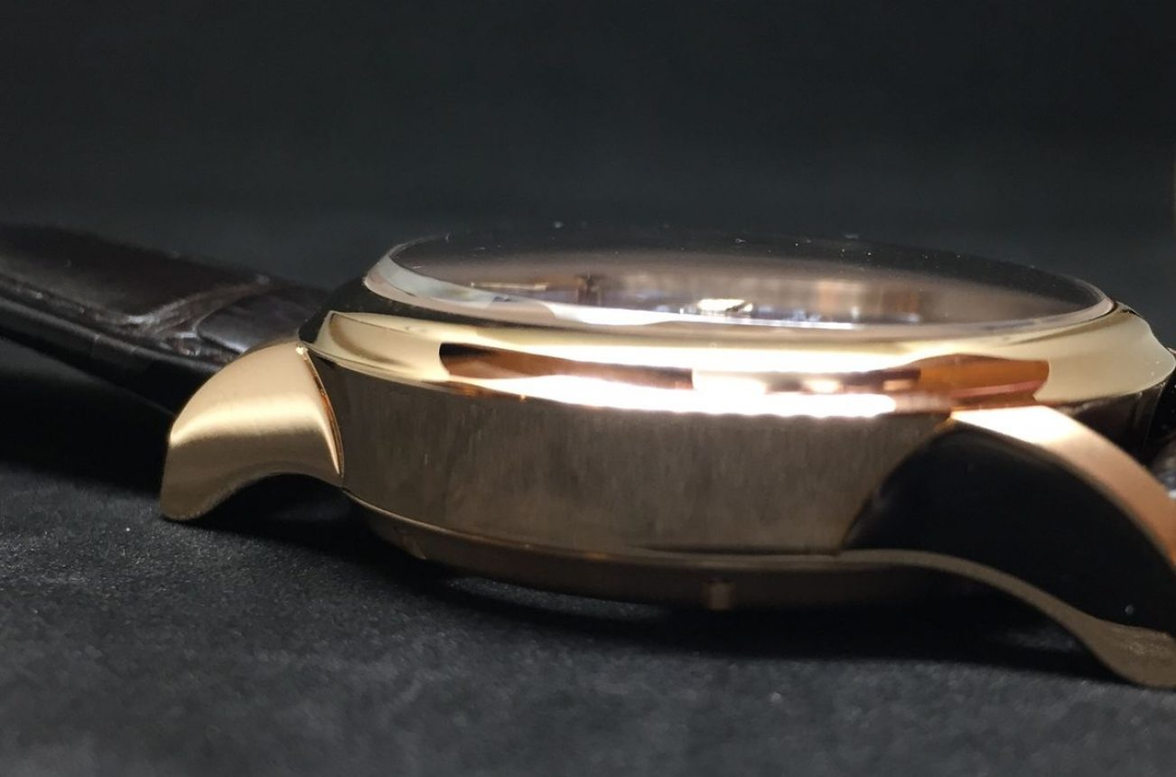 隨著從擺輪、小秒盤到時分盤逐漸升高,鏡面也跟著微微傾斜的設計。