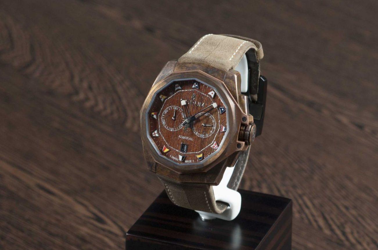 海軍上將AC-One 45 Bois青銅計時碼錶,青銅錶殼,錶徑45毫米,時、分、小秒針、日期、計時碼錶,CO 116自動上鍊機芯,動力儲存42小時,藍寶石水晶玻璃鏡面及底蓋,防水30米,皮革錶帶,參考售價:NTD 366,000。