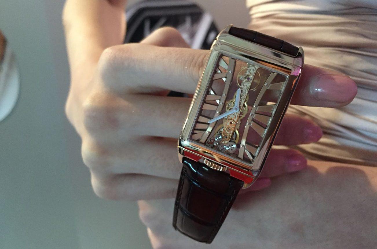 Golden Bridge Rectangle腕錶,18K玫瑰金錶殼,錶徑29.50 x 42.20毫米,時、分,CO 113手動上鍊機芯,動力儲存40小時,藍寶石水晶玻璃鏡面及底蓋,防水30米,鱷魚皮錶帶,參考售價:1,410,000。
