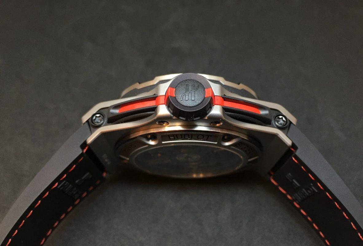 錶冠形同法拉利渦輪性能控制器,延伸至計時按把的紅線則如LaFerrari車尾的凹槽。