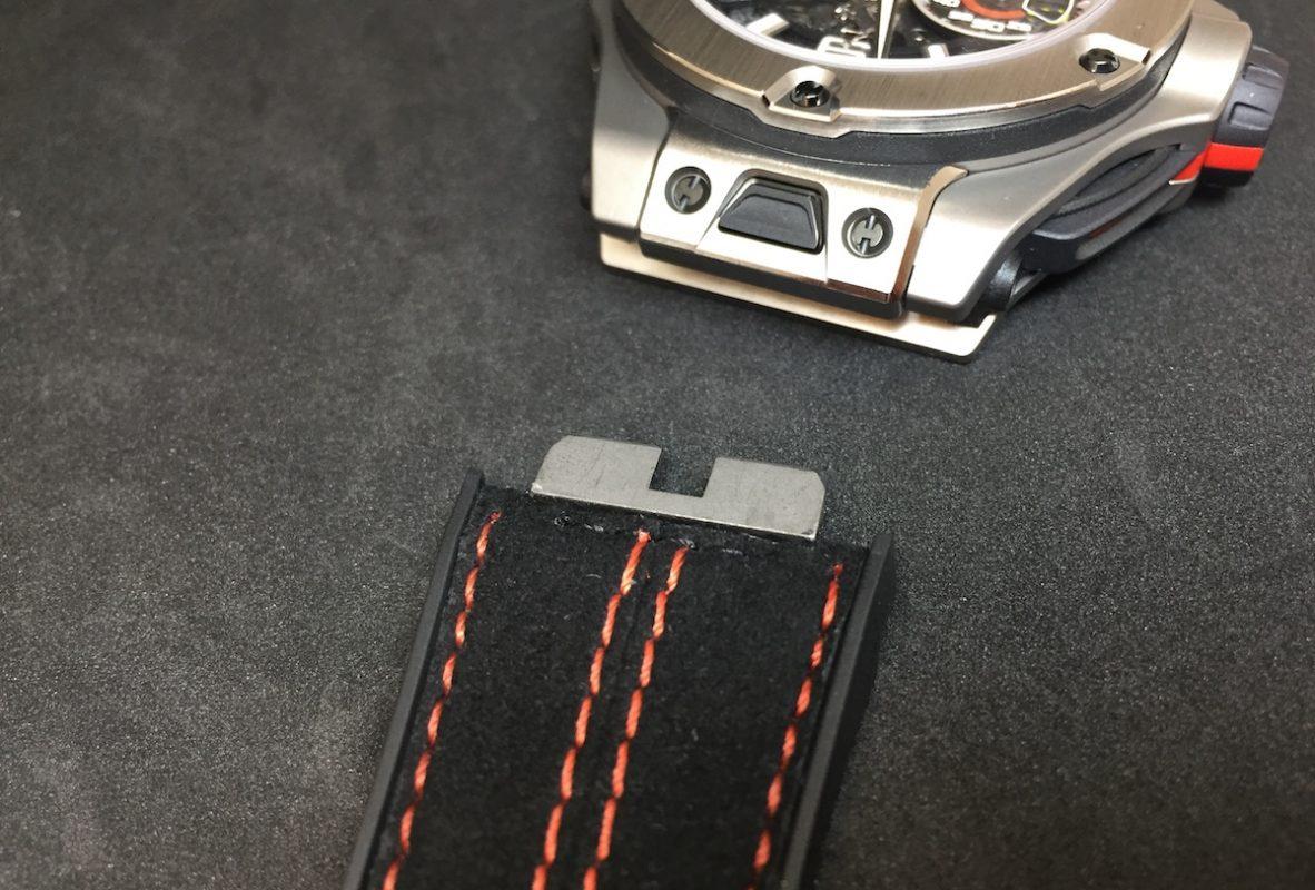 具備快拆錶帶裝置,只需輕按錶耳間的按鍵即可拆卸。
