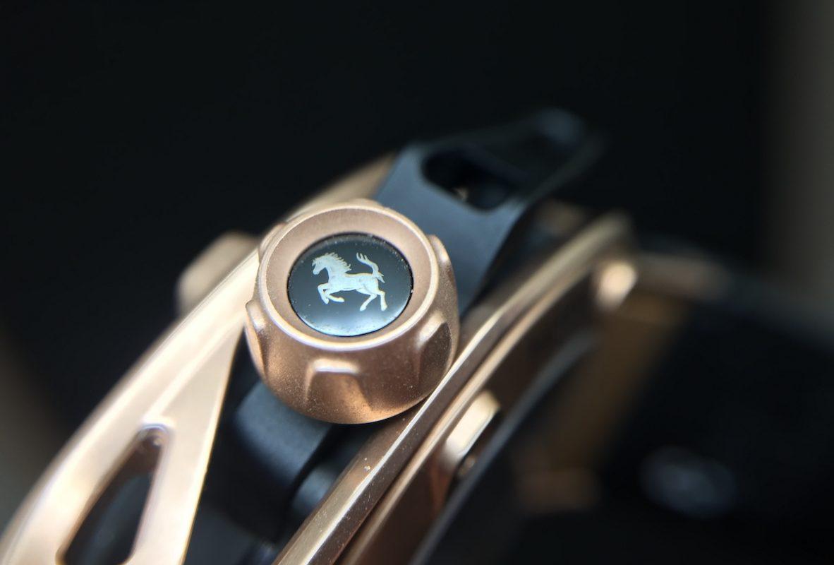 這次錶冠印的不是H,而是法拉利的耀馬標誌。