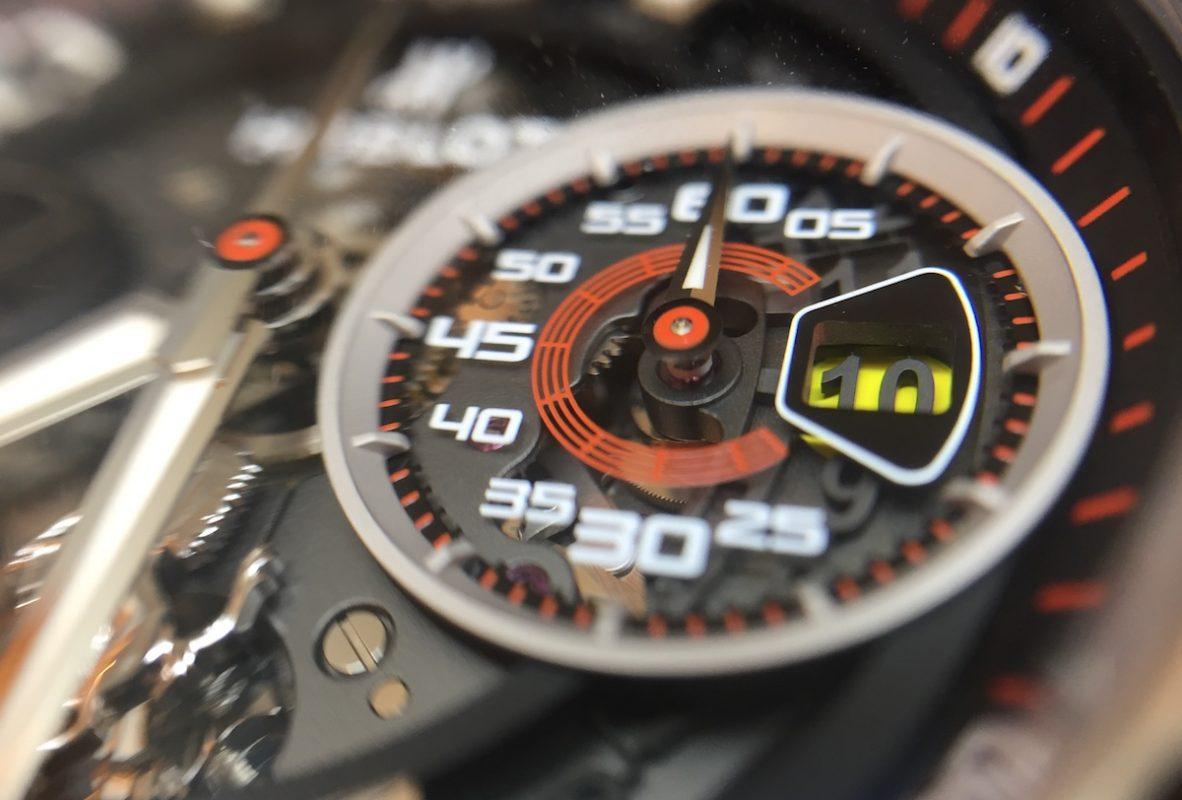 3點鐘方向計分盤的數字、刻度以及日期視窗,也正如法拉利的時速錶與檔位顯示窗。