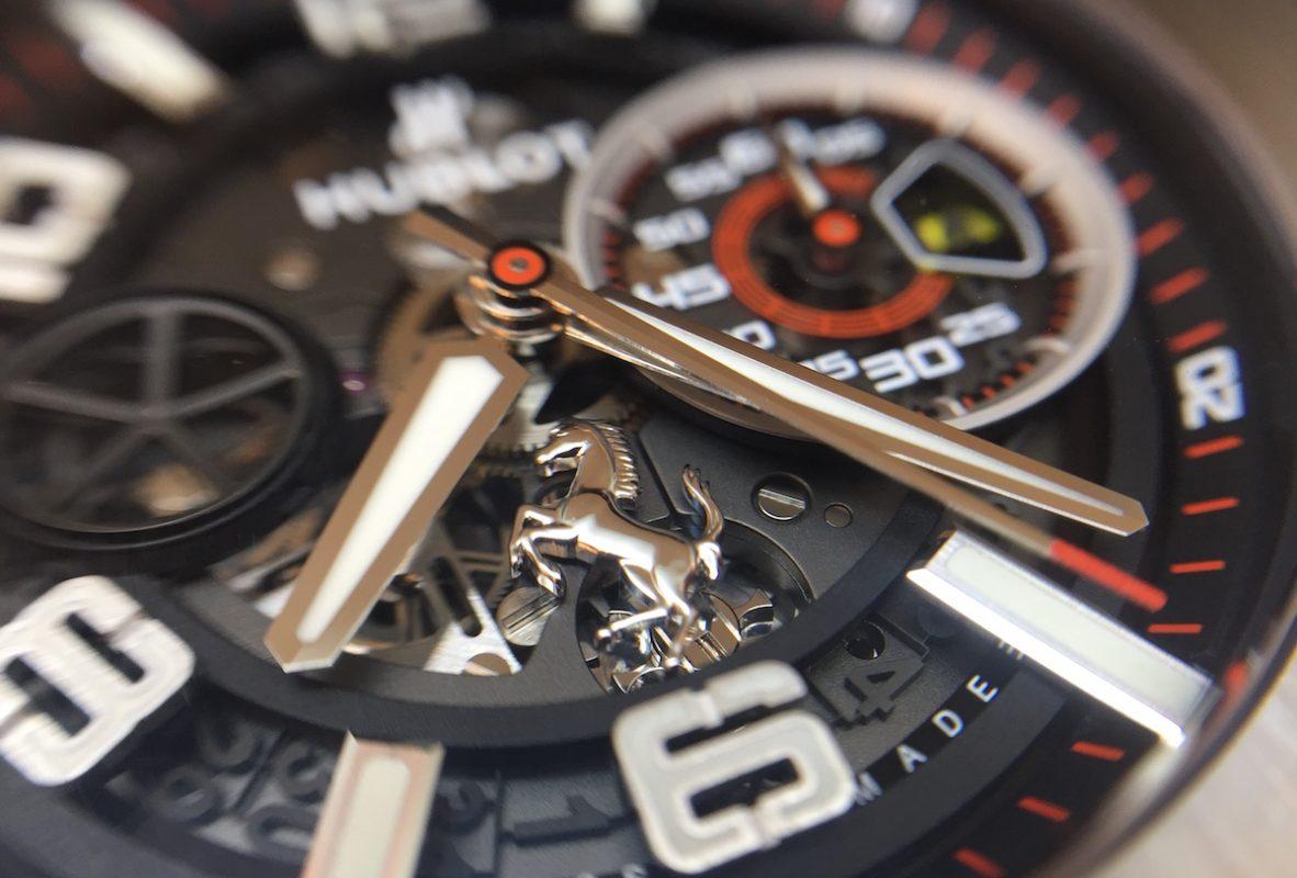 將法拉利的耀馬標誌置於錶盤6點鐘方向。