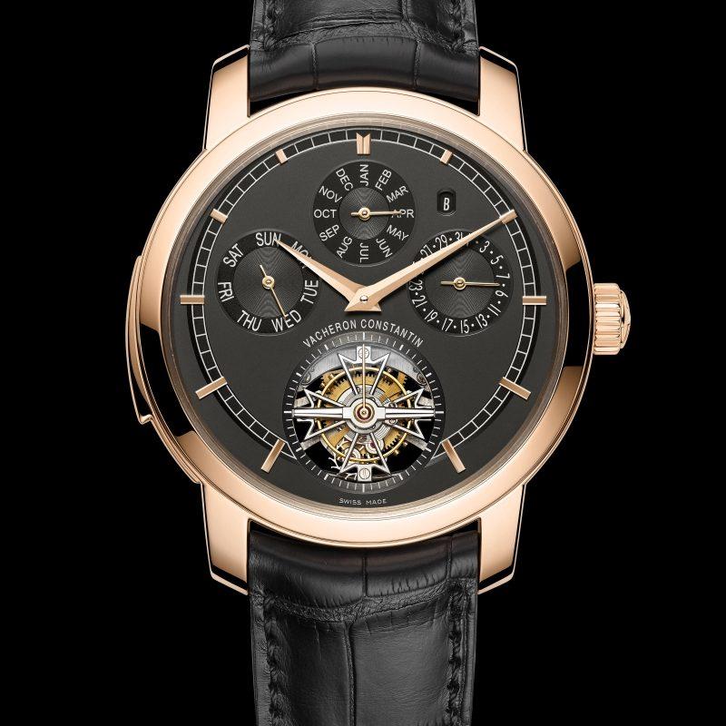 <strong>Traditionnelle Caliber 2755腕錶</strong><br>18K 5N粉紅金錶殼,直徑44毫米,深岩灰色乳光錶盤,小時、分鐘、小秒針位於陀飛輪框架上、三問報時、陀飛輪、萬年曆(星期、日期、月份和閏年)、動力儲存顯示(位於錶背),2755 QP手上鍊機芯,動力儲存58小時,黑色密西西比鱷魚皮錶帶。