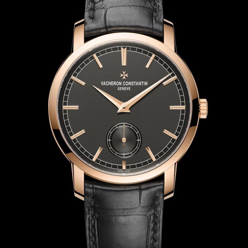 <strong>Traditionnelle手上鍊腕錶</strong><br>18K 5N粉紅金錶殼,直徑38毫米,深岩灰色乳光錶盤,小時、分鐘、小秒針顯示,4400 AS手上鍊機芯,動力儲存65小時,黑色密西西比鱷魚皮錶帶。