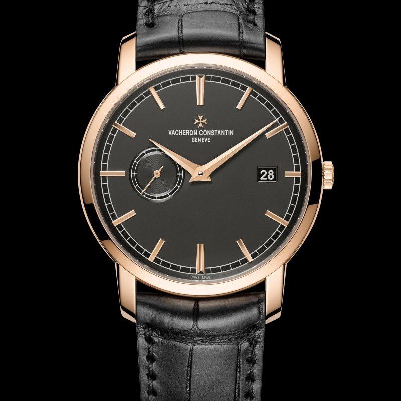<strong>Traditionnelle自動上鍊腕錶</strong><br>18K 5N粉紅金錶殼,直徑38毫米,深岩灰色乳光錶盤,小時、分鐘、小秒針、日期顯示,2455自動上鍊機芯,動力儲存40小時,黑色密西西比鱷魚皮錶帶。