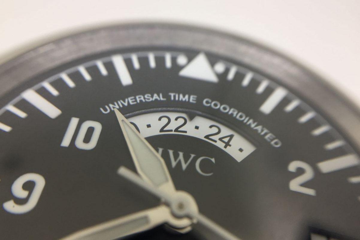 12點鐘方向採用弧型視窗顯示第二時區時間。