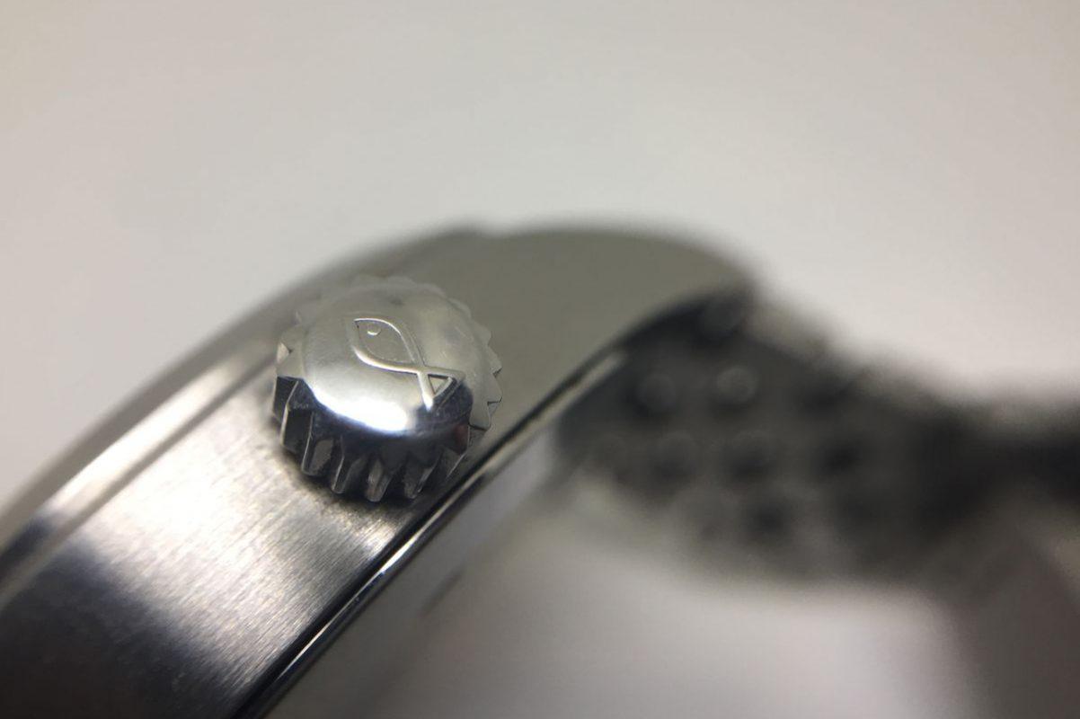 錶冠印有魚記標誌,代表腕錶具防水功能。