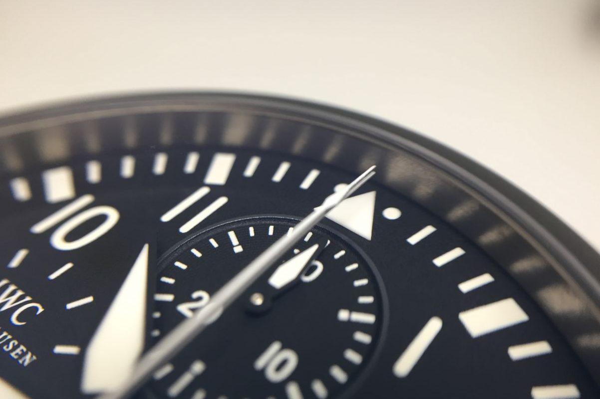 搭載雙追針計時功能,仔細看可見重疊的計時秒針。