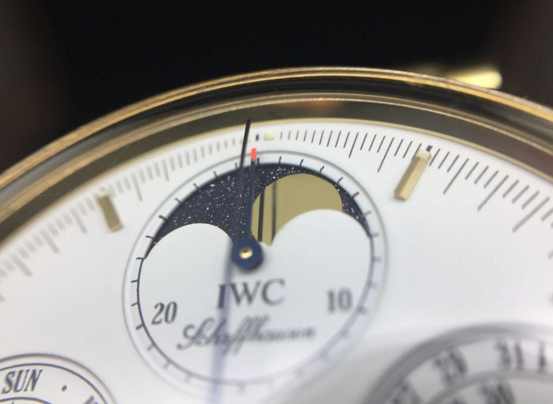 錶盤12點鐘位置設有月相顯示,又稱「當頭月」。