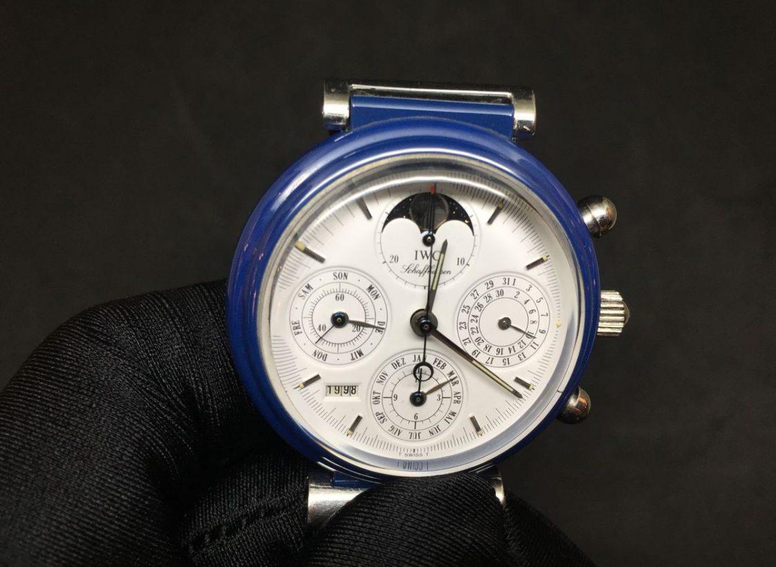 達文西萬年曆腕錶,1990年,氧化鋯陶瓷錶殼(首款黑色錶殼發表於1986年,為當時的先進材質;藍色款僅保存於IWC產品資料庫中),萬年曆、月相、計時功能,7906型自動上鍊機芯。