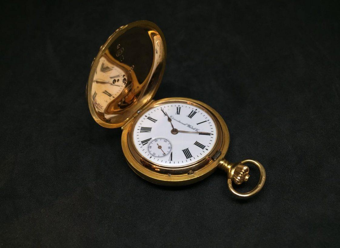 """18K玫瑰金錶殼,大明火琺瑯錶盤,64-12""""'型手上鍊機芯,特殊鐫刻底蓋。"""