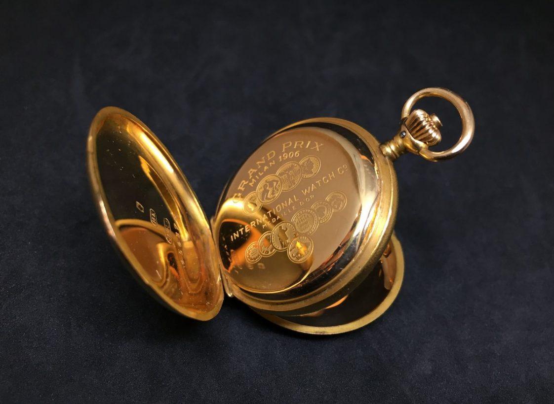 底蓋鐫刻「1906 Gran Prix Milan」(米蘭大獎)及多種獎章。