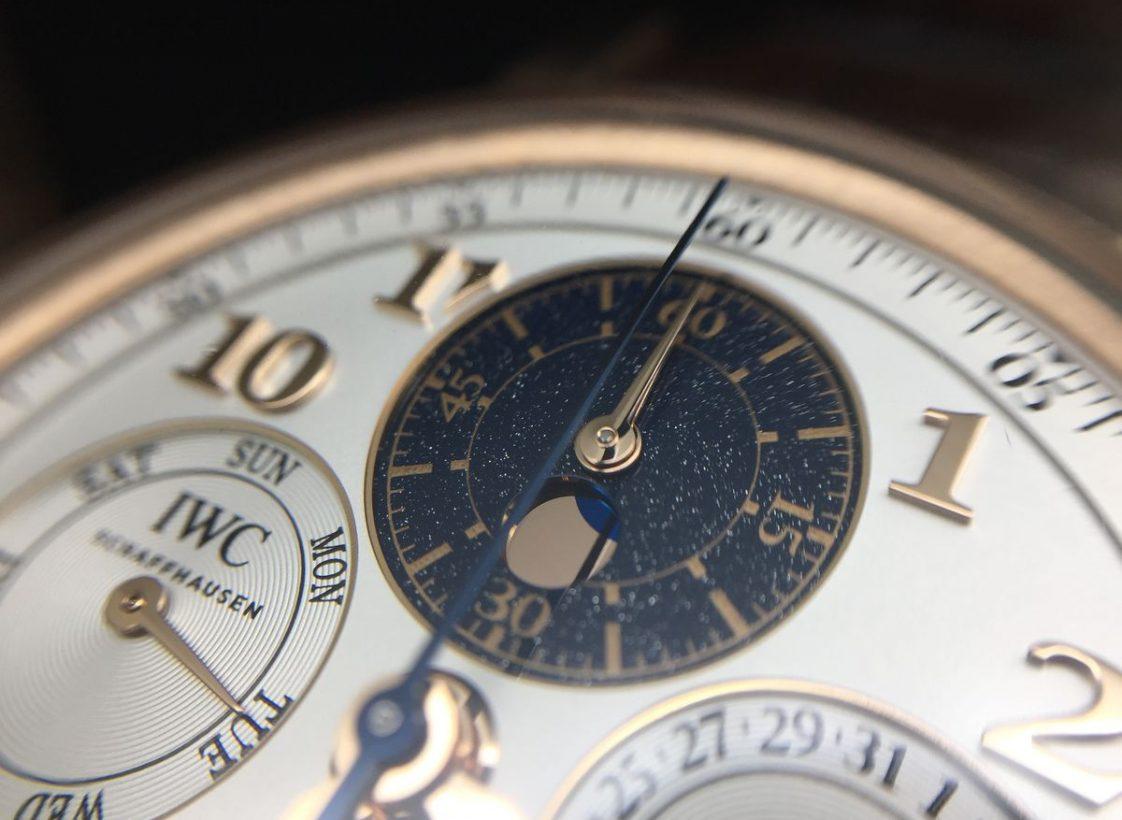 新款腕錶將時、分計時指針改至12點鐘方向,月相則於圓形視窗之中。