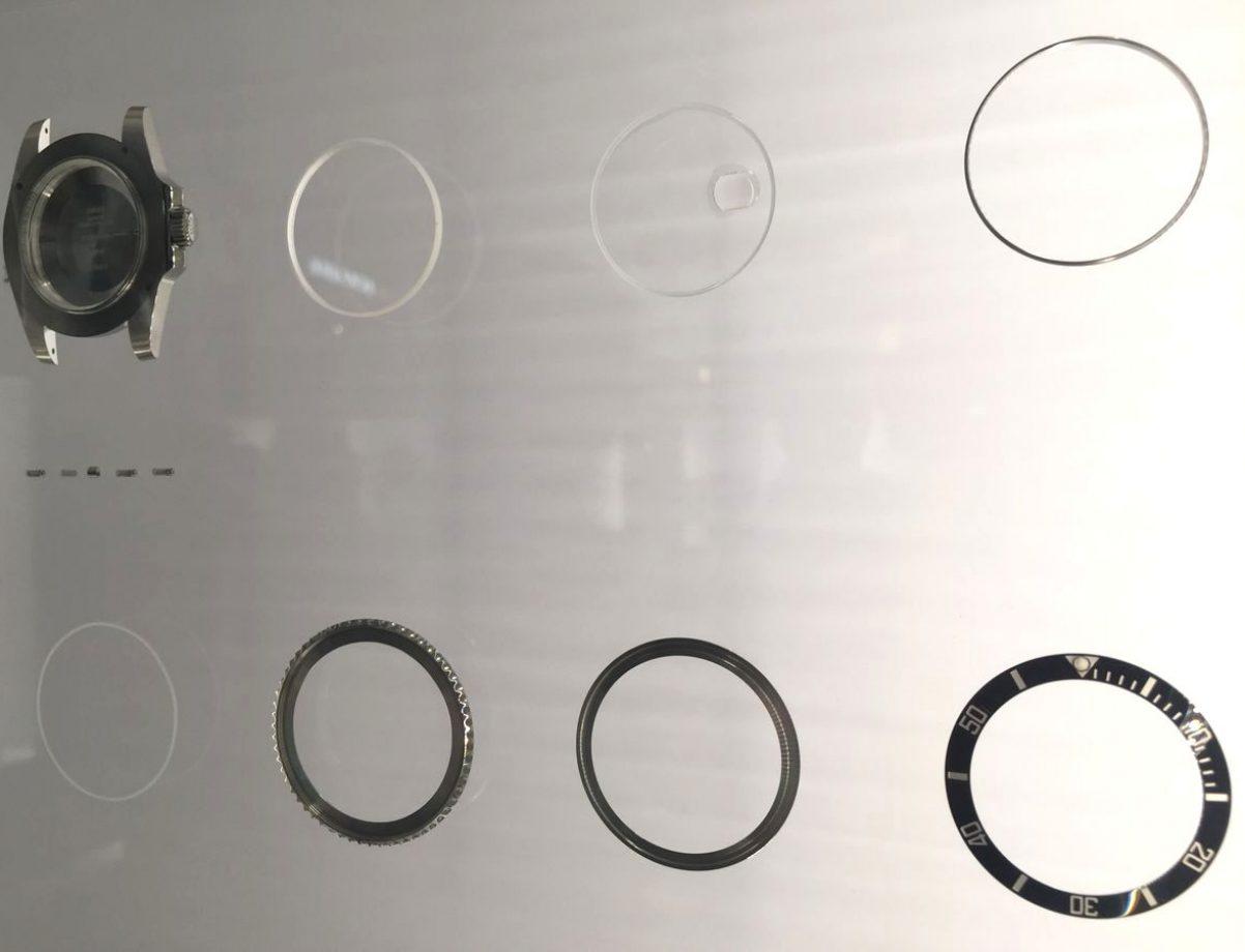 從表層的陶質字圈、字圈環、旋轉外圈、外圈及鏡面緊固環、藍寶石水晶鏡面到底層的防水膠圈,共7層結構。