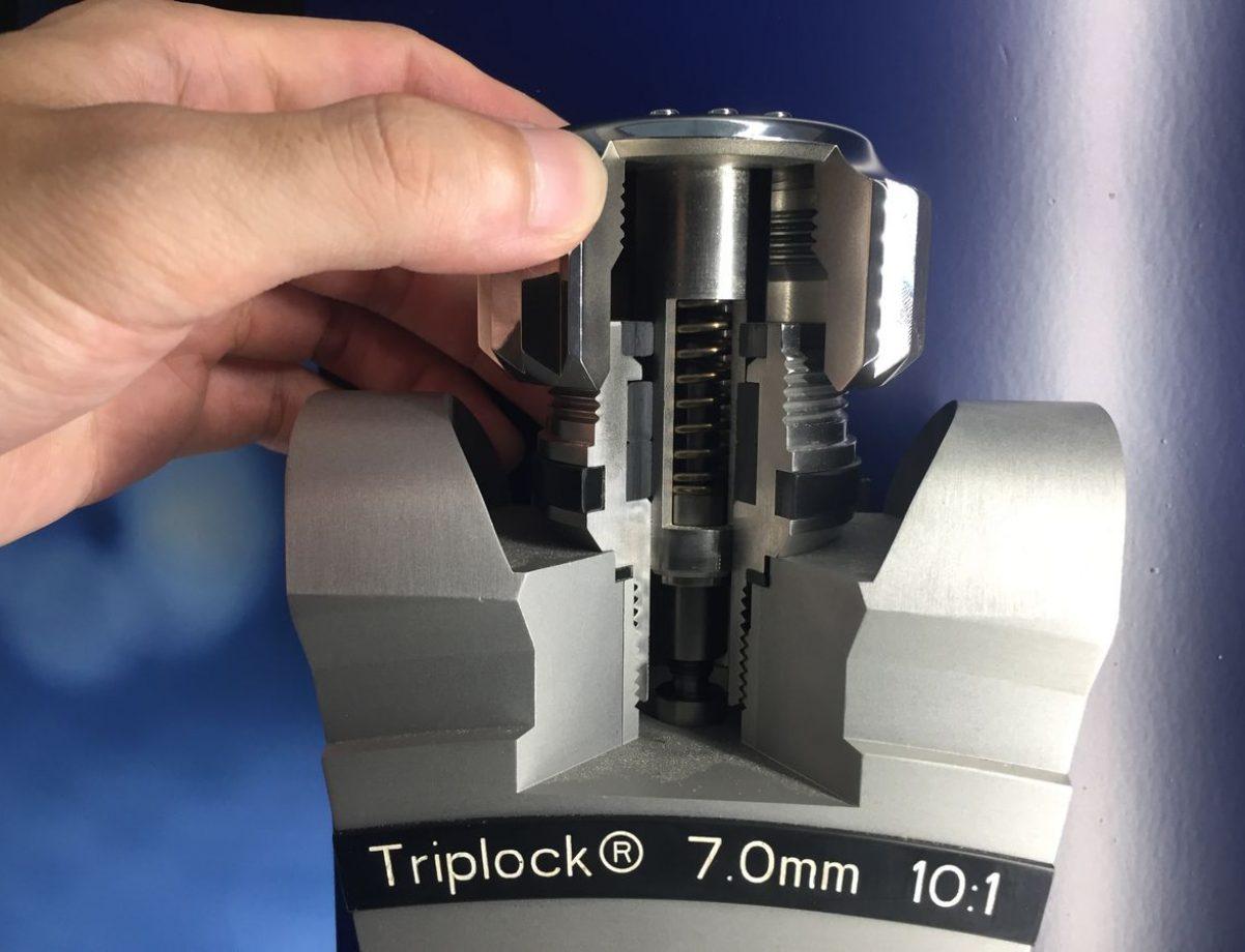 藉由特展現場10倍放大的裝置可見勞力士錶冠的結構。