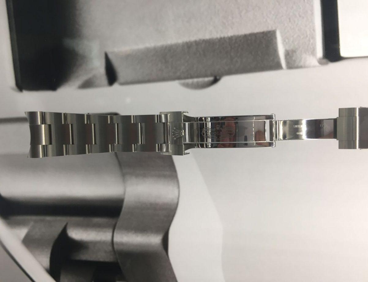 飾有皇冠標誌的蠔式保險扣可穩固錶扣,使錶帶不易鬆脫。