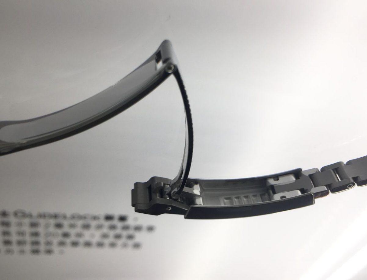 藉由Rolex Gildelock的設計,只要鬆開帶扣下的齒條鏈結,再將滑架移至所需的位置,即可調節鏈帶長度。