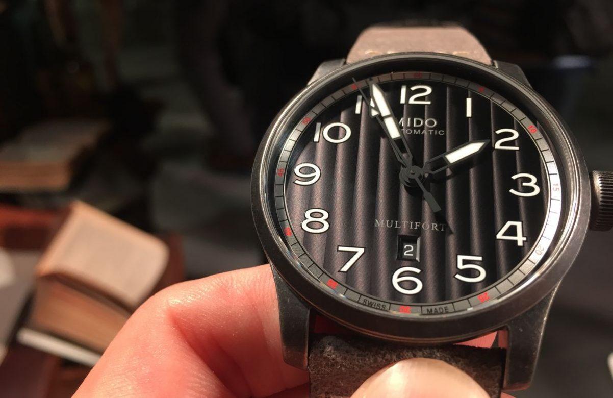 Multifort Escape復刻腕錶-藍色錶盤款,PVD不鏽鋼錶殼,錶徑44毫米,時、分、秒、日期、夜光指針及時標,Caliber 80自動上鍊機芯,動力儲存80小時,藍寶石水晶玻璃鏡面,透明底蓋,防水100米,皮革錶帶,參考售價:NTD 29,100。