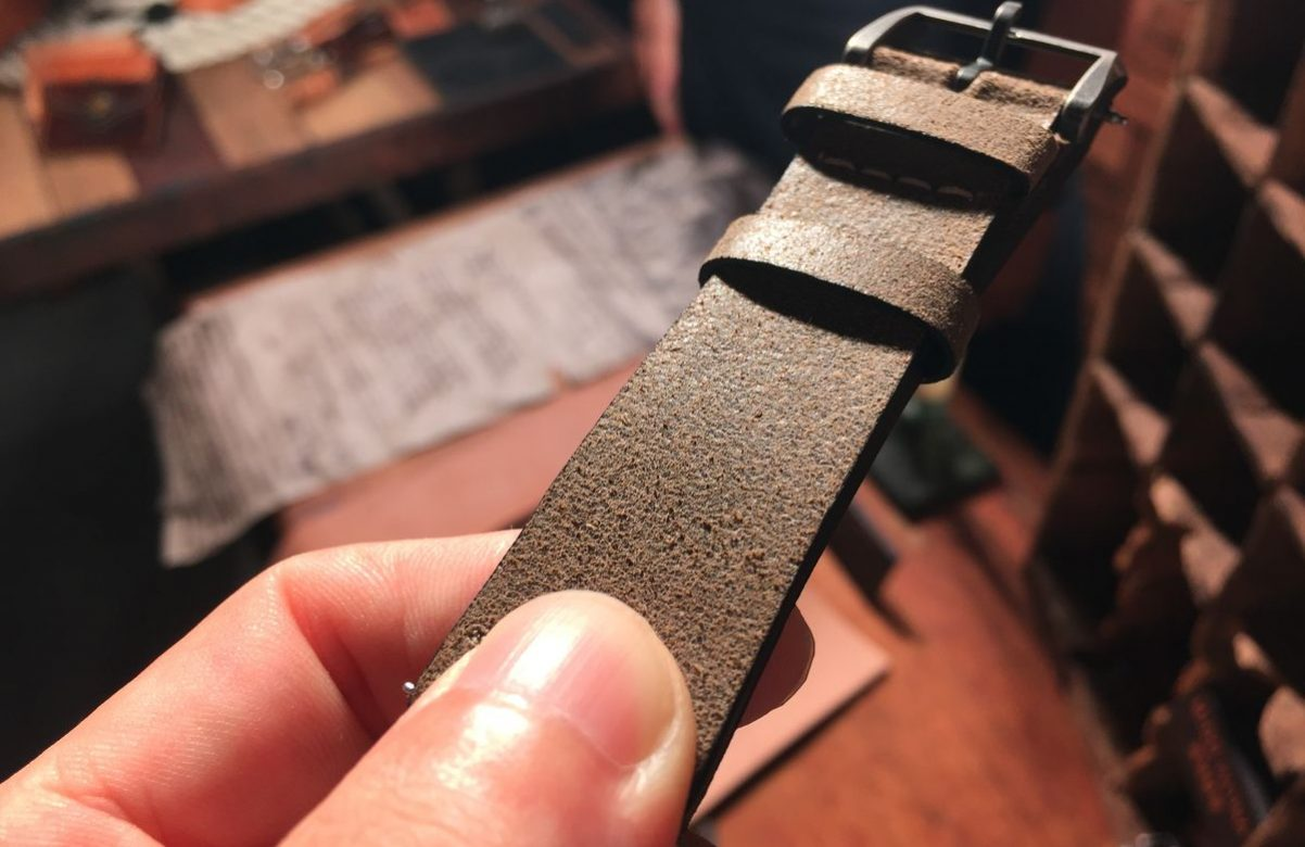 採用仿舊處理的小牛皮,讓錶帶看起來有自然使用的痕跡。