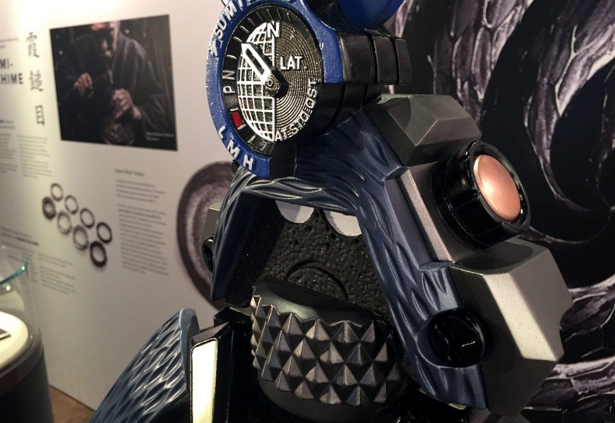 無論是頭頂的指針與副錶盤、頭盔上的按把、盔甲上的霞鎚目紋路還是脖子上的錶冠,皆具備MRG-G2000HT的各項細節。