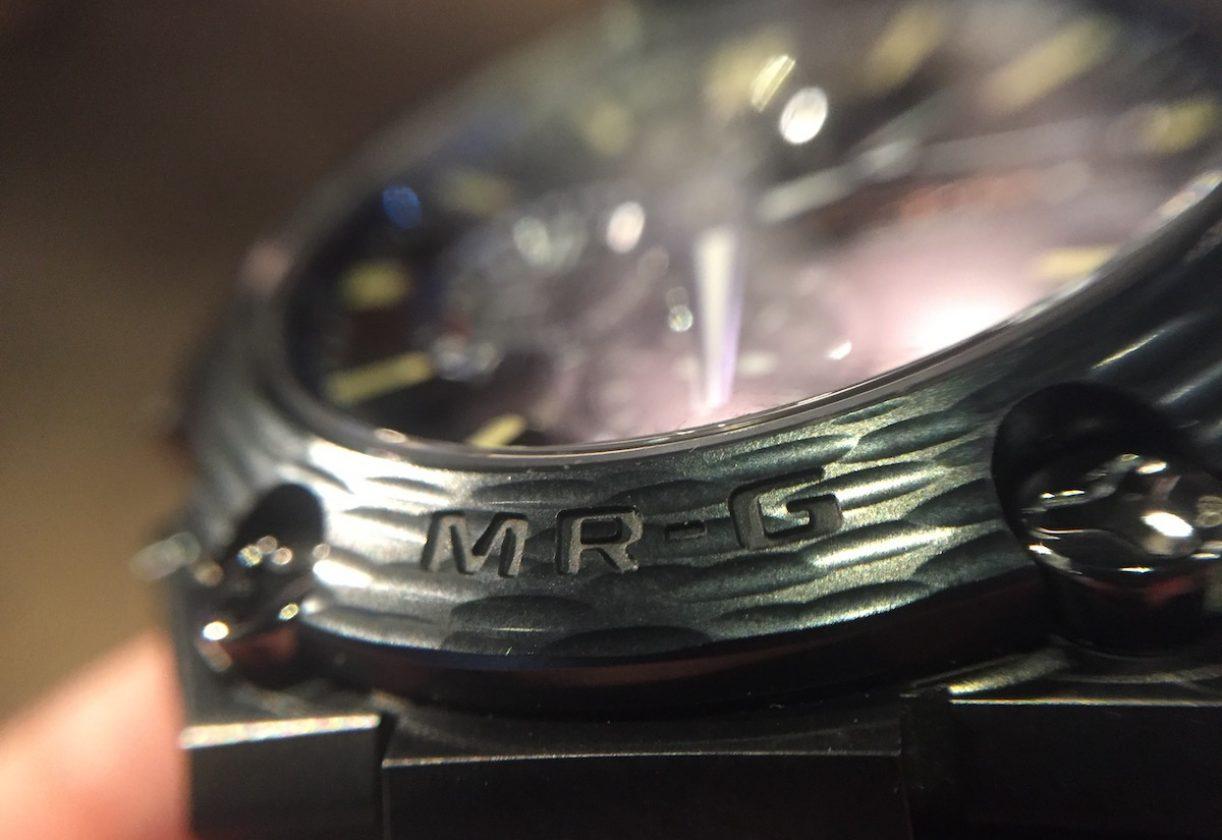錶圈以「鎚起」工藝塑造宛如煙霞的「霞鎚目」紋路,並採用DLC及二重硬化處理,呈現獨特的「日本藍」。