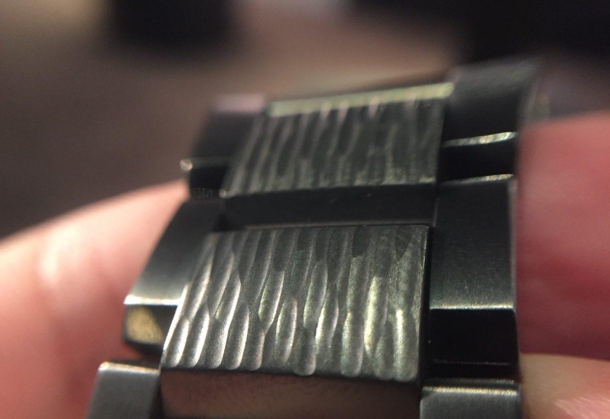 儘管乍看之下就像黑色,但細看後便會發現,DLC鎚起錶圈及鍊帶確實呈現一股深藍色澤。
