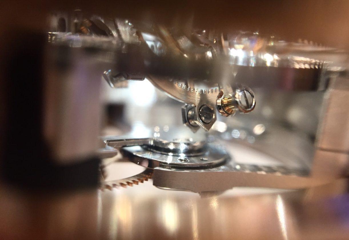 由錶殼側面的視窗可以不同角度觀看三軸陀飛輪動態。