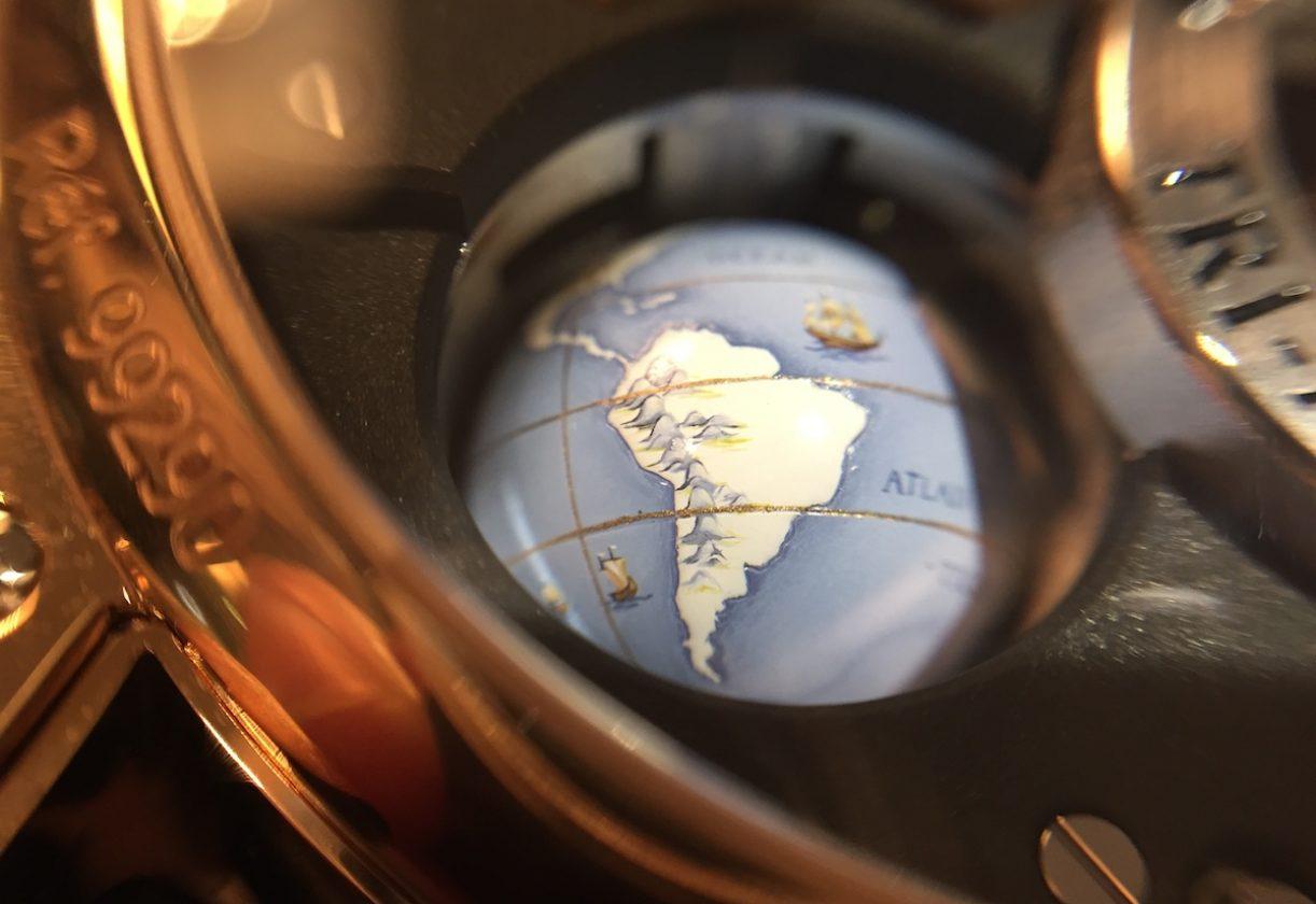 錶背可見地球儀的另一面。