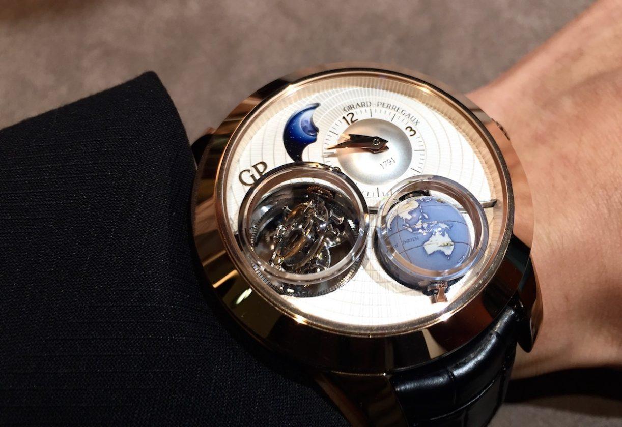 天象儀三軸陀飛輪腕錶,18K玫瑰金錶殼,錶徑48毫米,時、分、24小時周轉地球儀、月相、三軸陀飛輪,GP09310-0001手動上鍊機芯,動力儲存60小時,藍寶石水晶玻璃鏡面及底蓋,防水30米,鱷魚皮錶帶,參考售價:NTD 10,720,000。