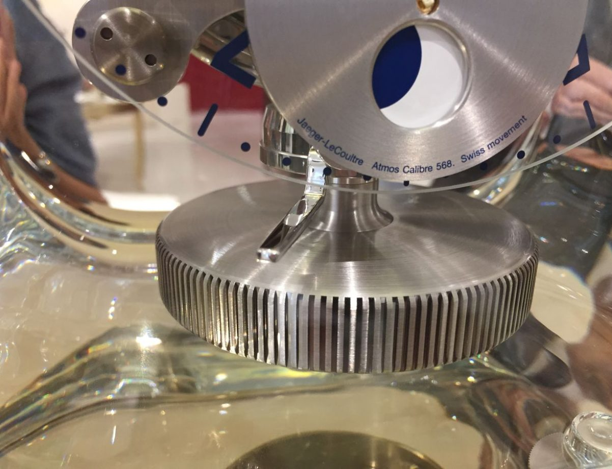 錶盤下方的擺輪每分鐘向左、向右各擺動一次。