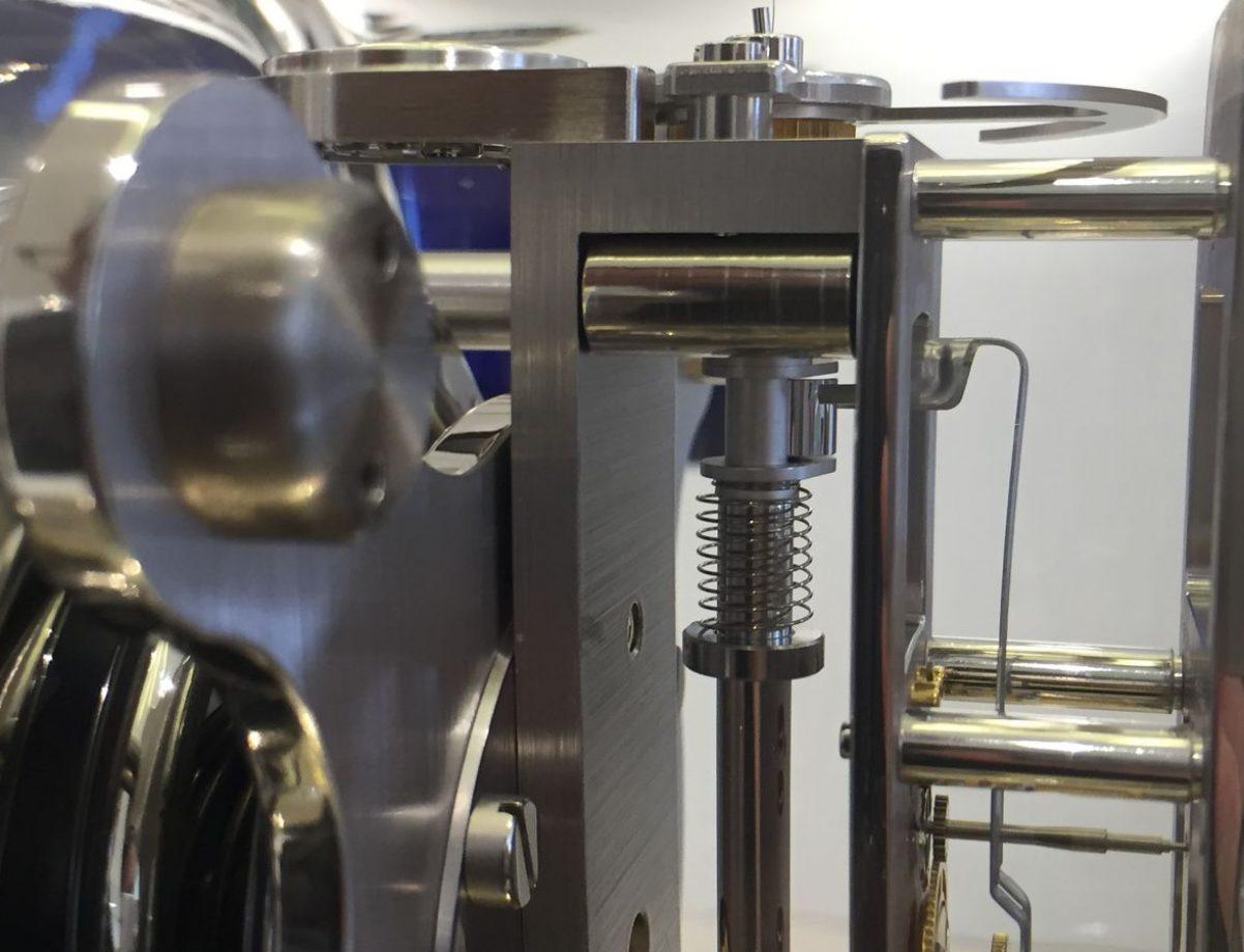 擺輪擺動的同時,其延伸的圓柱形撥桿就能撥動擒縱。
