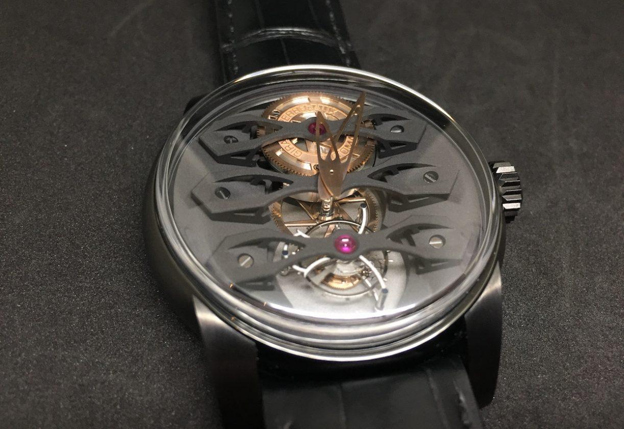 Neo-Tourbillon三橋陀飛輪腕錶,鈦金屬錶殼,錶徑45毫米,時、分、小秒針、陀飛輪,GP09400-0008自動上鍊機芯,動力儲存60小時,藍寶石水晶玻璃鏡面及底蓋,防水30米,鱷魚皮錶帶,參考售價:NTD 3,757,600。