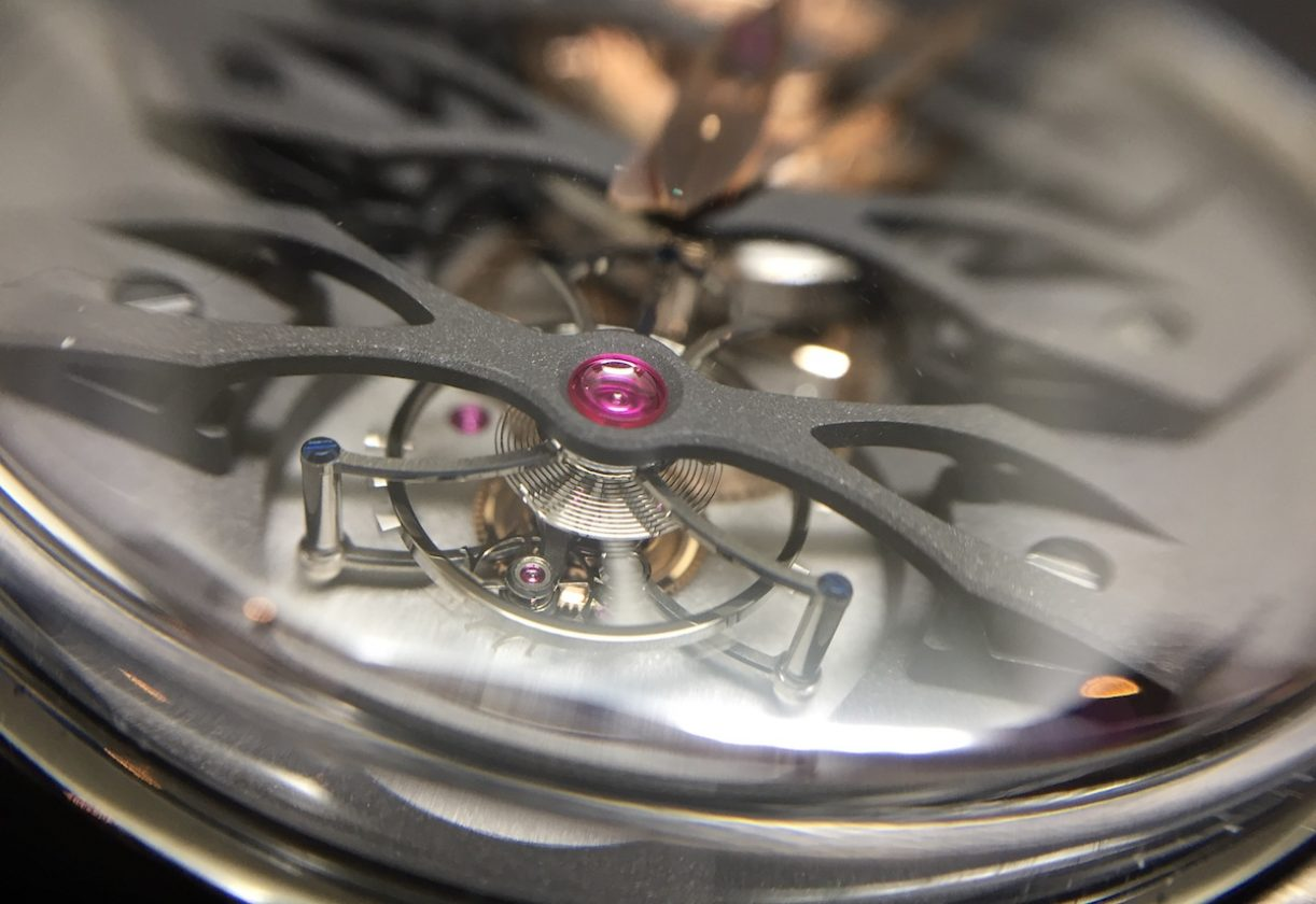 鈦金屬錶橋下的陀飛輪清晰可見。