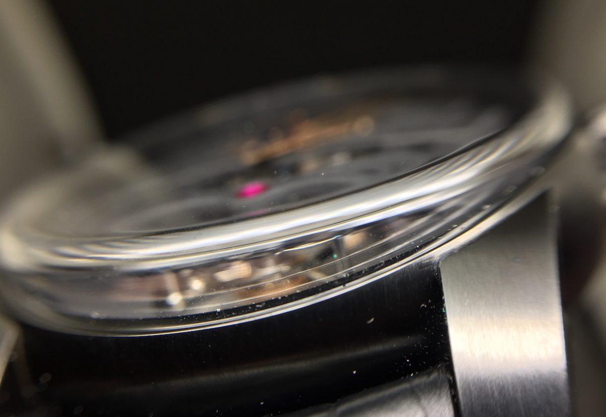 延伸至錶耳之間的弧形藍寶石水晶玻璃鏡面也是值得稱讚的細節之一。