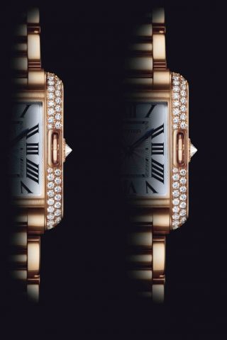 <strong>TANK腕錶的卓越設計—垂直錶耳</strong><br>TANK腕錶的垂直錶耳即為與錶耳及錶帶相連的側面直條。錶殼與錶耳之間的和諧相融展現出獨特而前衛的風格,象徵著腕錶歷經多年思考與探索的成果。